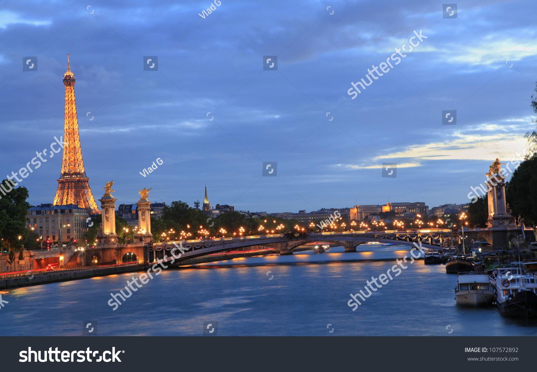 巴黎- 6月6日:埃菲尔铁塔和亚历山大三世桥在夜间于年