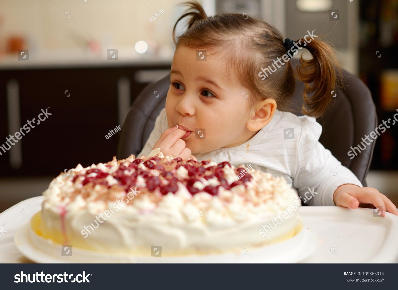 可爱的小女孩吃蛋糕-食品及饮料