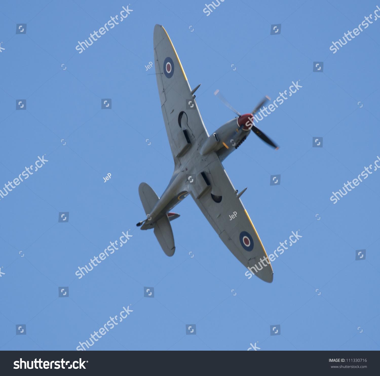 plzen,捷克- 8月25日:战斗机驾驶的喷火式战斗机十六斯蒂芬在航展在