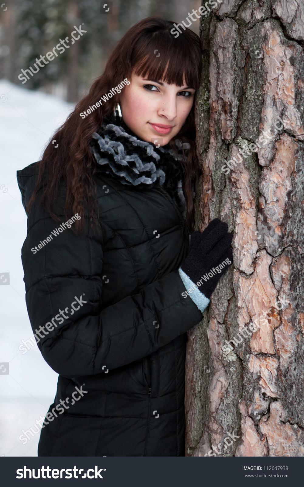 年轻女子在一个冬天的风景-人物,公园/户外-海洛创意