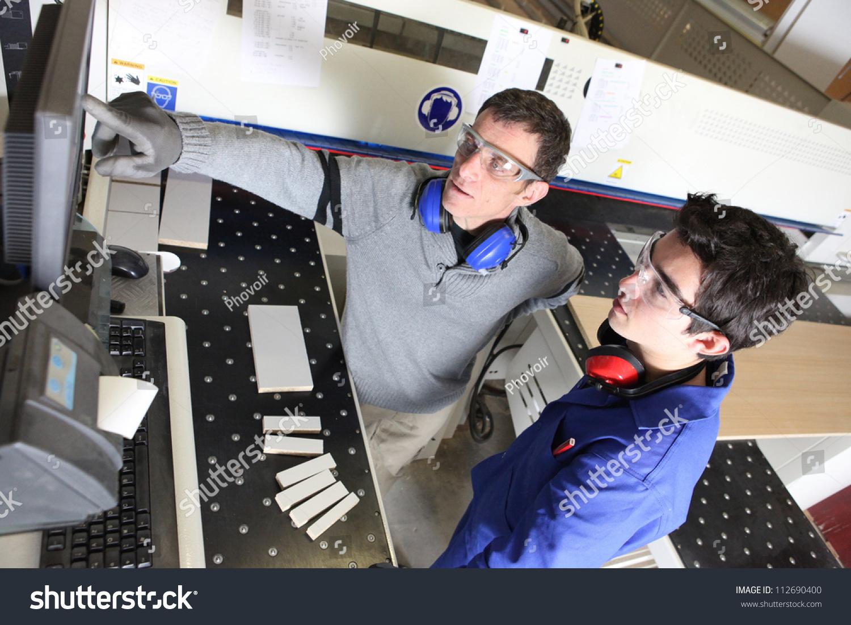 人新员工培训-工业-海洛创意(hellorf)-shutterstock图片