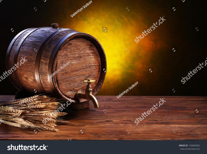 木桌子上的旧橡木桶.背后模糊的黑暗背景