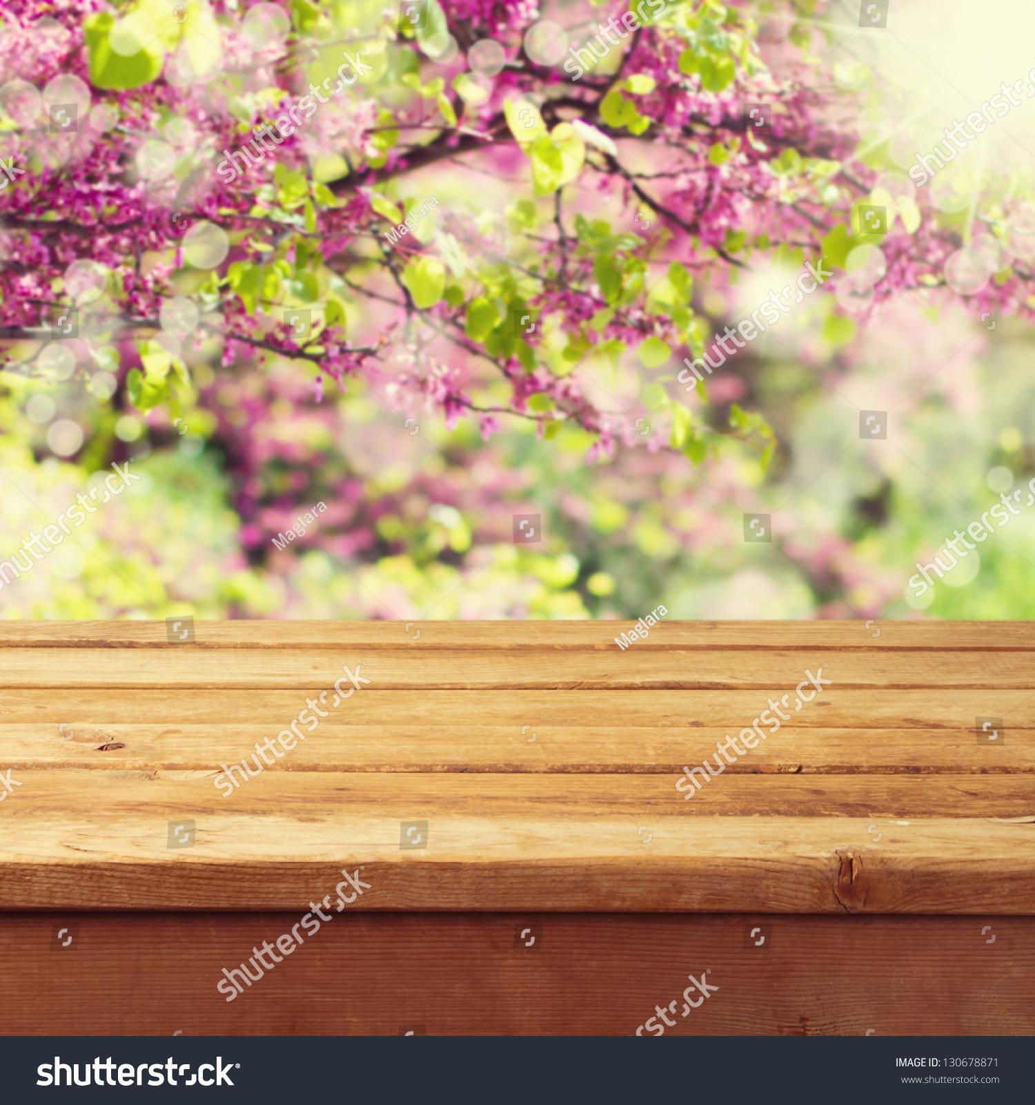 在美丽的春天背景上的木甲板桌子-背景/素材,自然-()