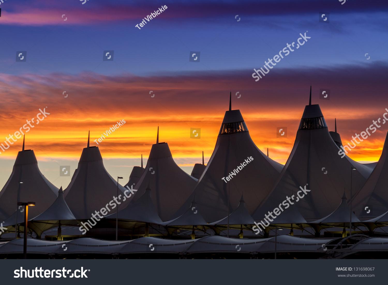 橙色和蓝色野马日落在丹佛国际机场的帐篷-交通运输