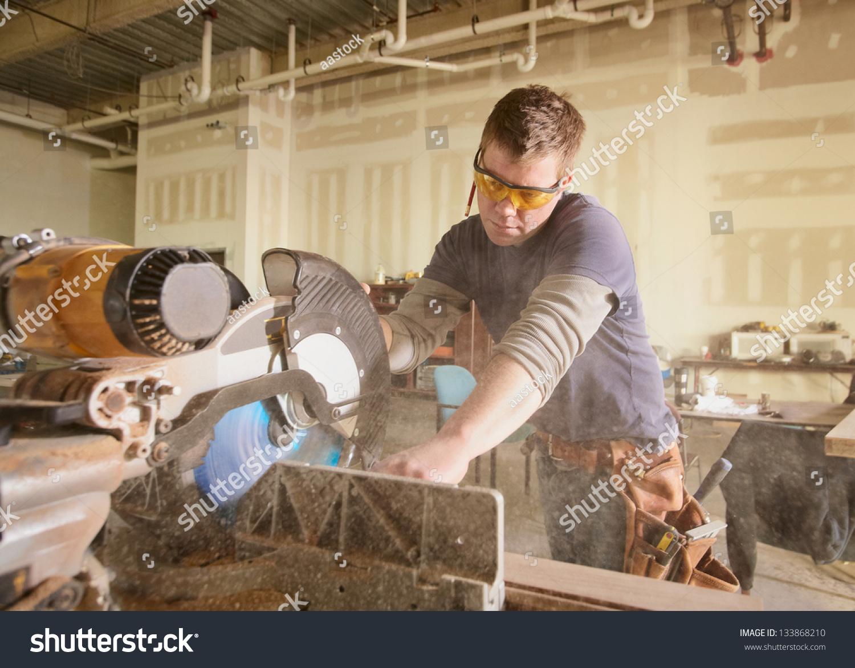 木匠在使用电动工具的工作