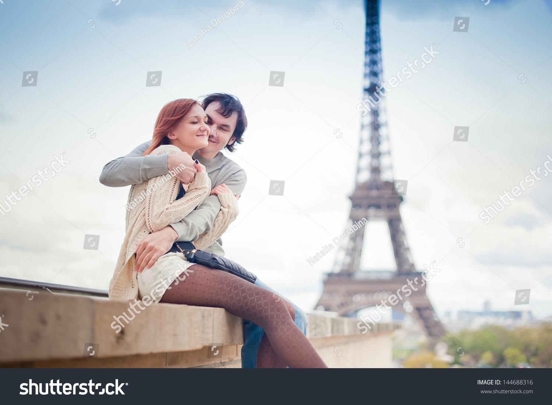 情人拥抱在巴黎埃菲尔铁塔的背景-建筑物/地标
