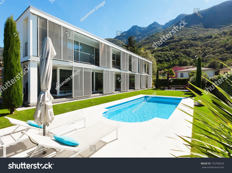 现代别墅游泳池,花园的景色