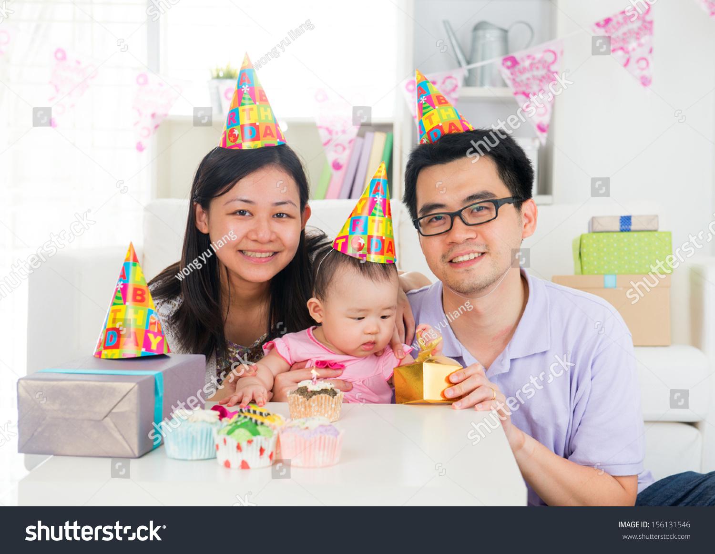 中国家庭庆祝孩子的生日聚会,满月