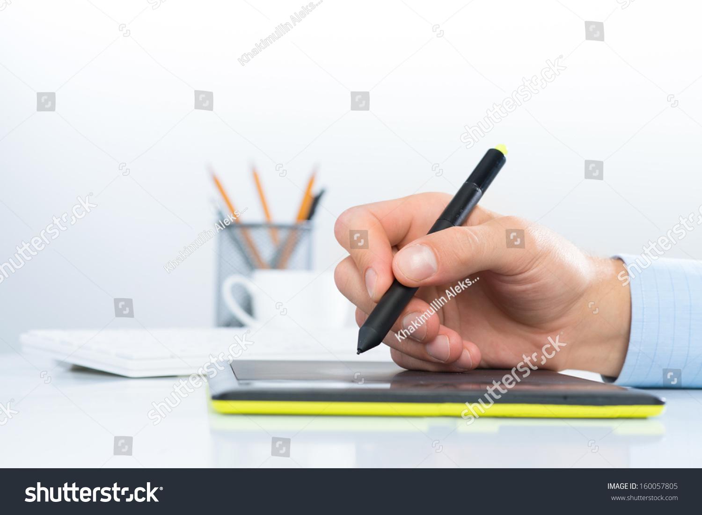 设计师手绘图的平板电脑躺在白色的桌子-教育,人物-()