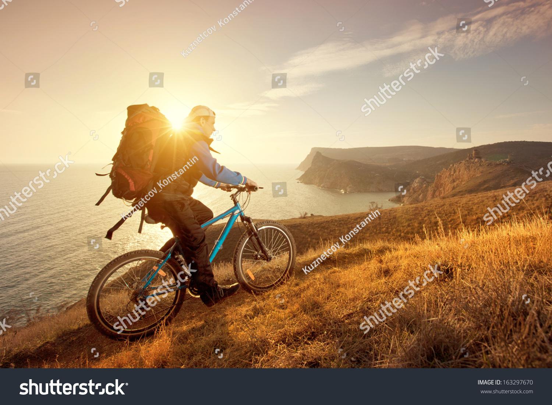 骑自行车骑山地车旅行周围美丽的风景-交通运输
