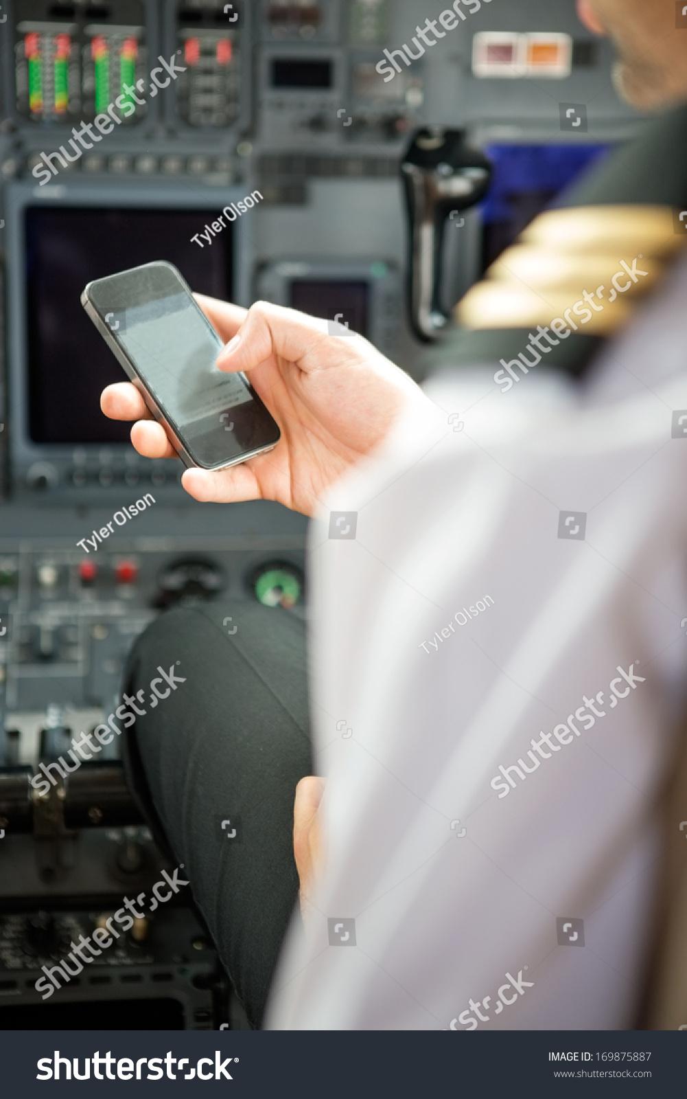 飞行员在私人飞机的驾驶舱使用智能手机-交通运输,-()