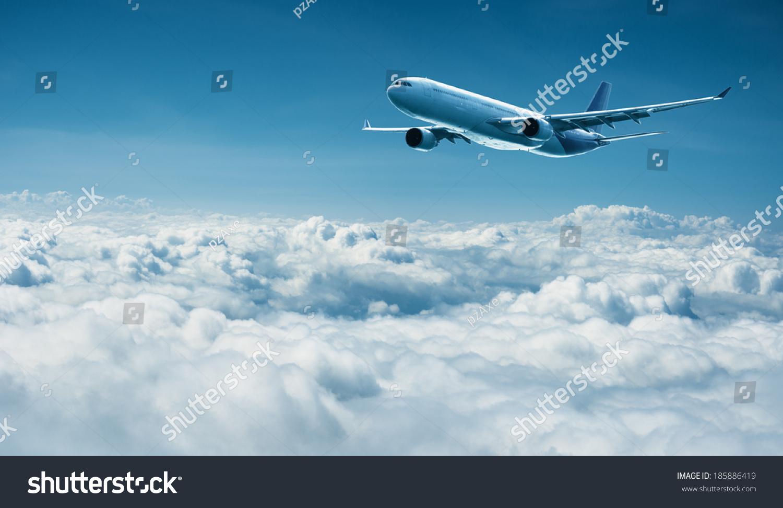 乘喷气式飞机飞行在云层之上