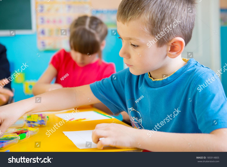 可爱的孩子们在课上幼儿园-教育,人物-海洛创意()-合.