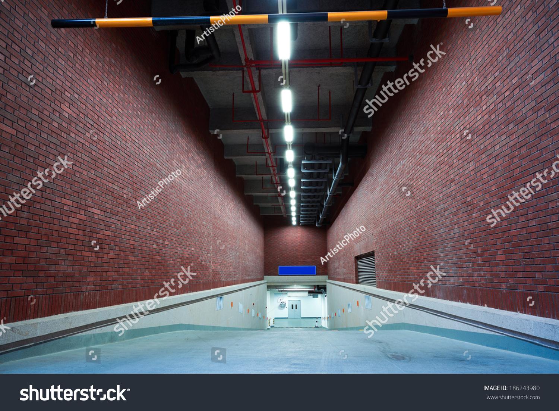 室内地下室停车场入口