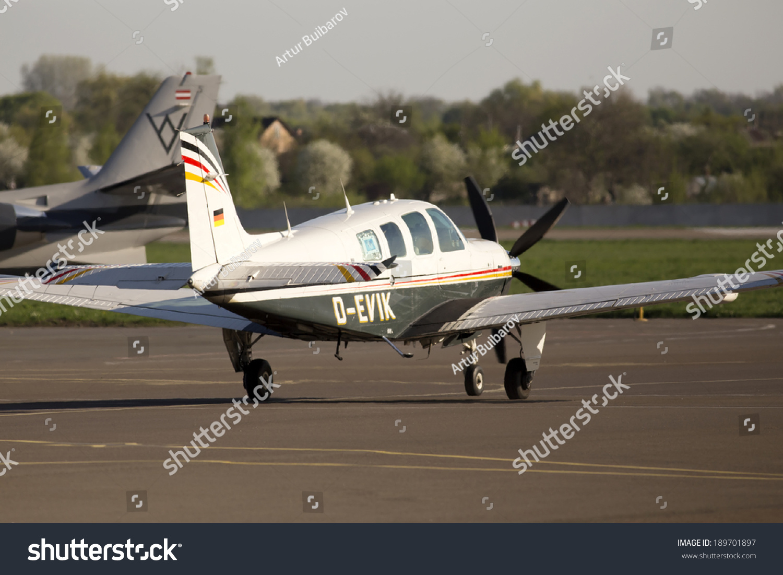 豪客比奇a36丰厚的商业飞机跑道上跑步基辅国际机场4