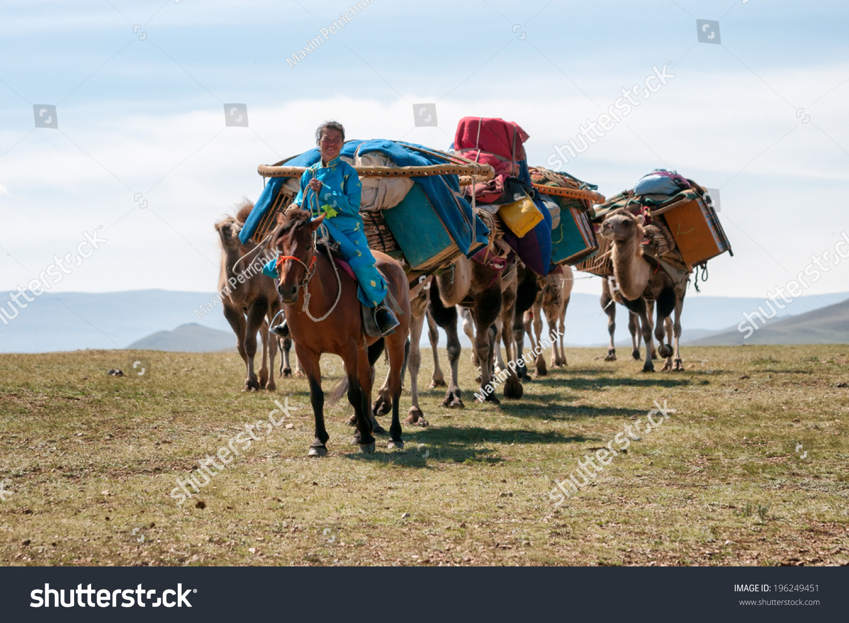 北蒙古,蒙古——2012年8月14日:蒙古女人經營的駱駝