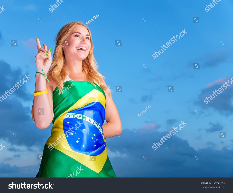 巴西足球队快乐球迷,欢快的小女孩在球场上欢呼支持