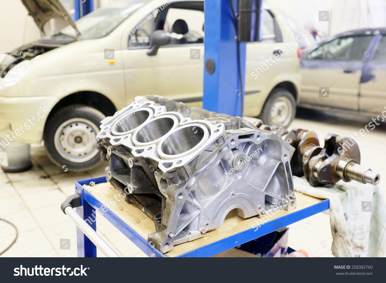 卡车发动机气缸体的形象图片