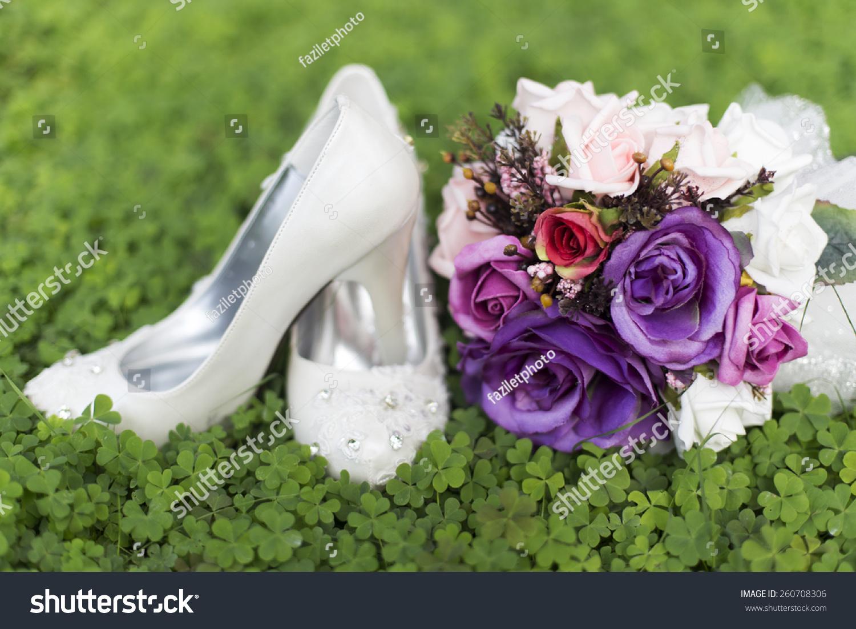 紫色婚礼鲜花和新娘的鞋子