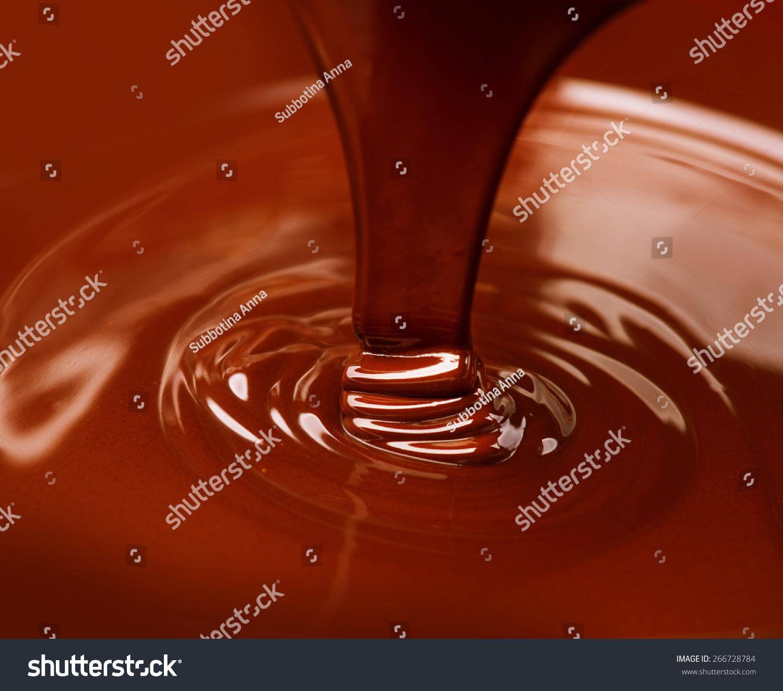 巧克力流.近距离的液体热巧克力浇注特写镜头.巧克力