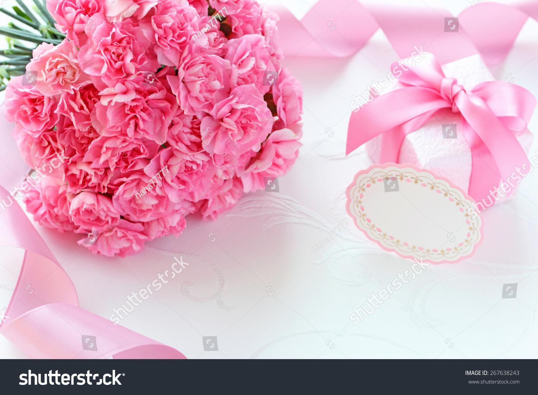 粉红色的康乃馨母亲节礼物