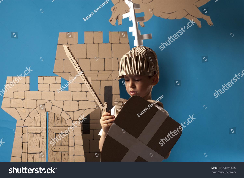 男孩的照片在中世纪的骑士服装纸板做的图片