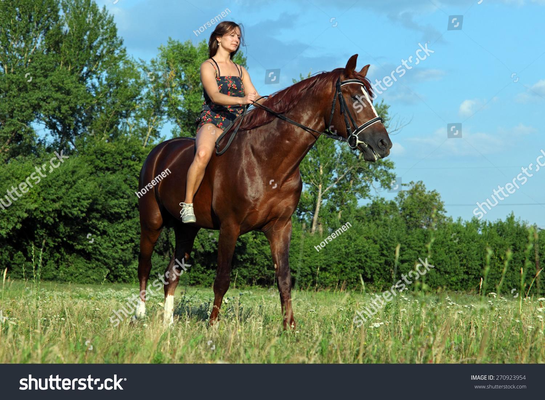 浪漫的女模特骑在马背上-动物/野生生物-海洛创意()