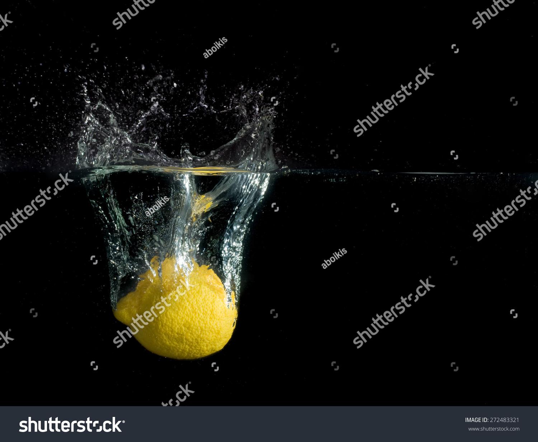 柠檬水在黑色背景上-背景/素材,食品及饮料-海洛创意