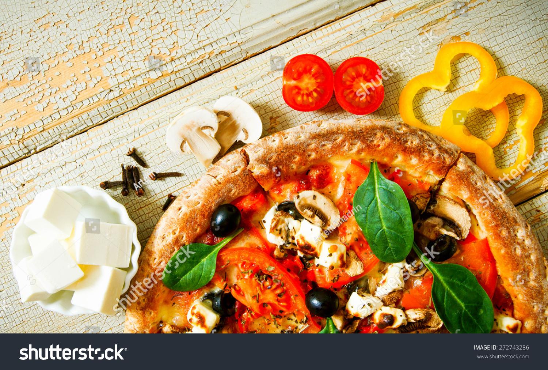 美味的披萨在木板上.蔬菜组成的披萨.-食品及饮料,-()