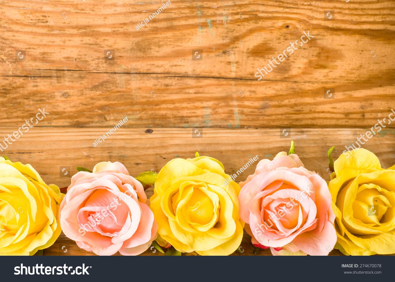 玫瑰花多姿多彩的花朵,在老式木板背景为母亲节,背景