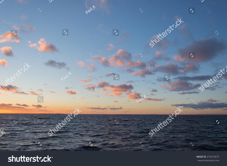 美丽的海洋景观在北欧日落之后图片