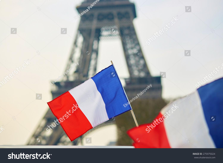 法国国旗(三色)在巴黎埃菲尔铁塔的背景-建筑物/地标