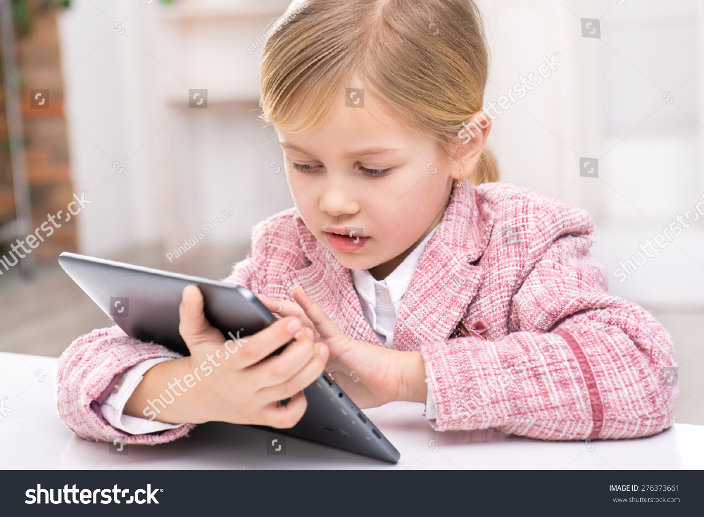 可爱的小女孩穿着粉红色西装的画像