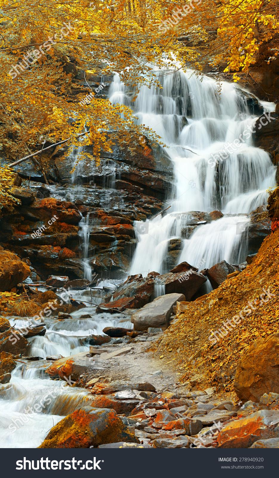 瀑布在秋天的森林-自然,公园/户外-海洛创意(hellorf)图片