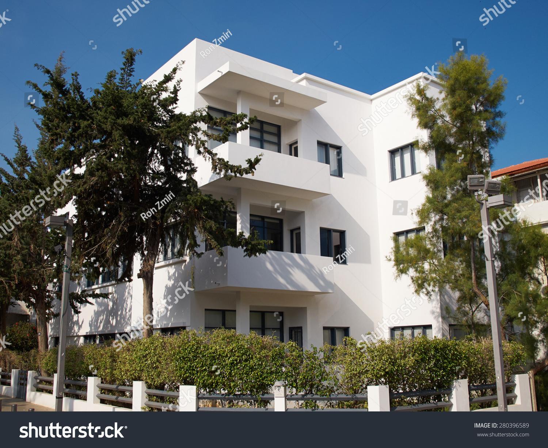 老房子在古典傳統的包豪斯風格的白色城市以色列