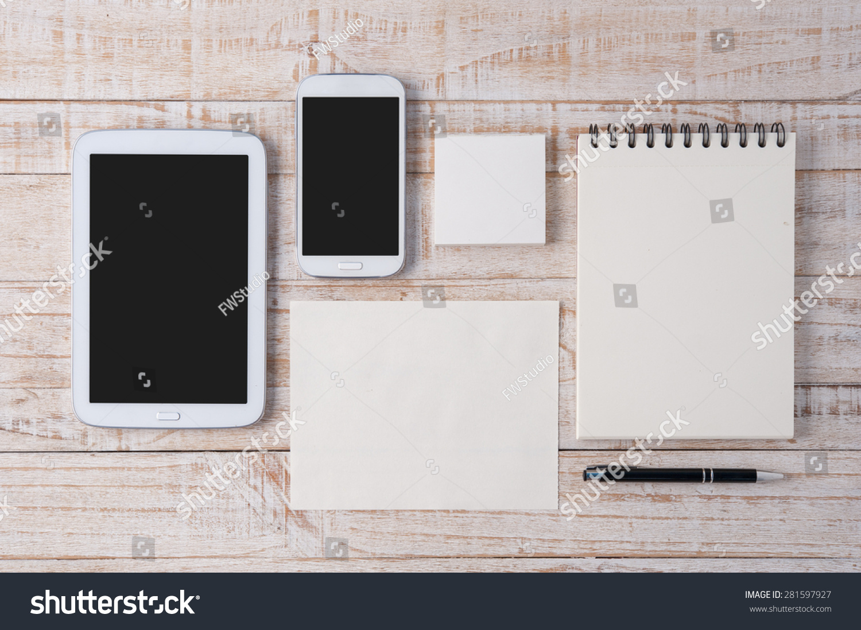 本和背景的木头桌子上