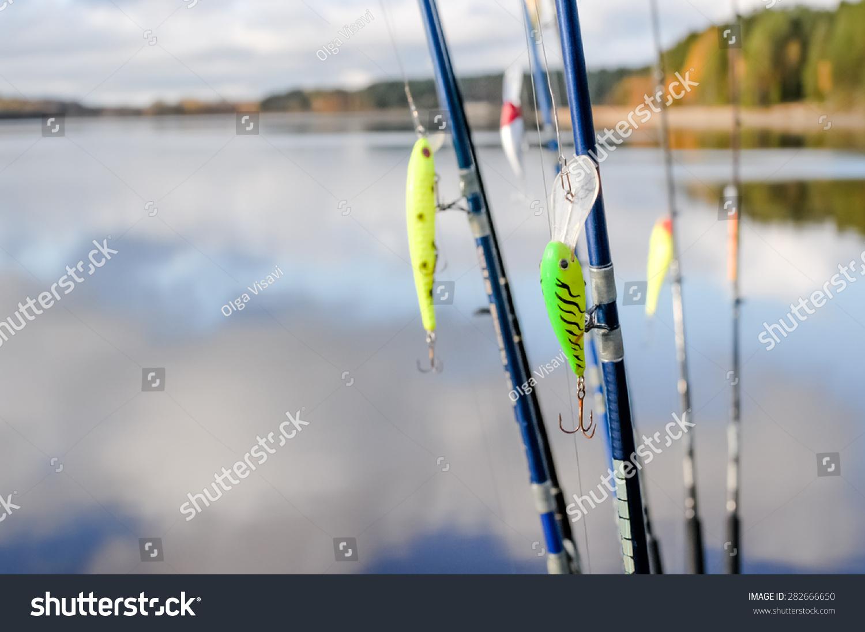钓具钓鱼竿在湖的背景-物体,运动/娱乐活动-海洛创意