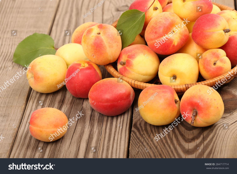 新鲜杏在桌子上