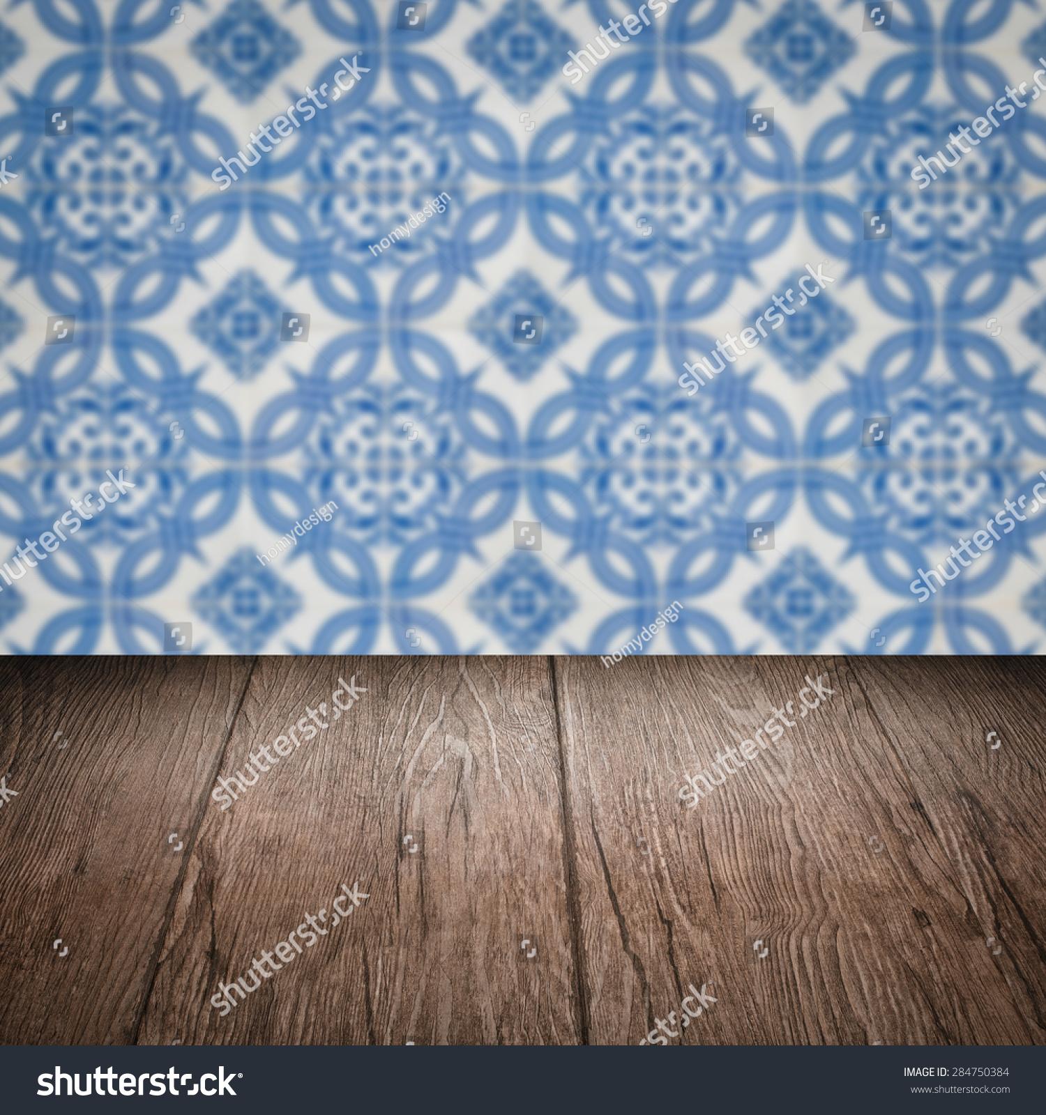 空的木头桌子顶部和模糊的瓷砖模式在背景墙