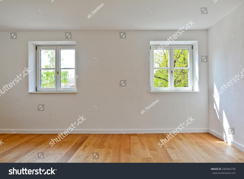 客厅在一个旧木建筑,公寓的窗户和拼花地板