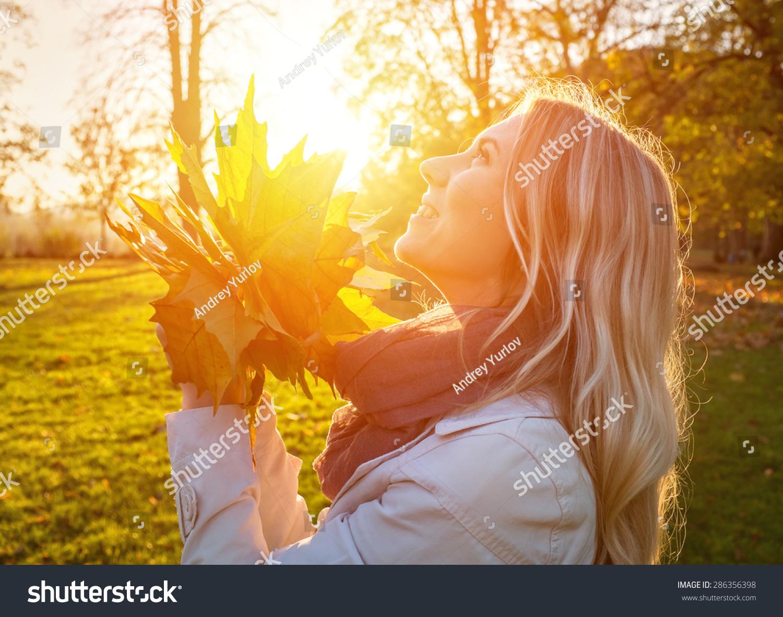 幸福的女人,树叶在秋天阳光下-人物,公园/户外-海洛()