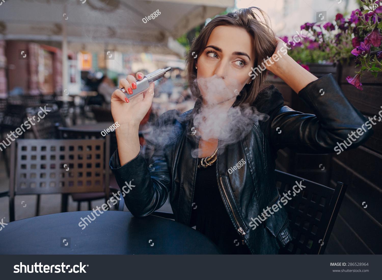 人抽电子香烟-人物图片