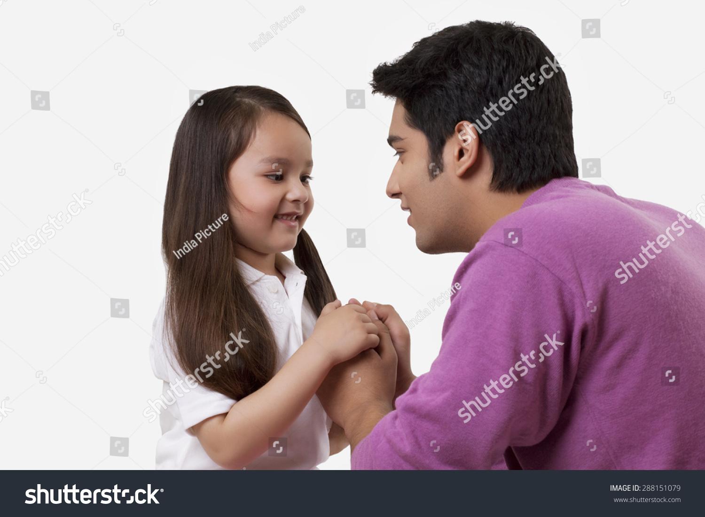父亲和女儿手牵手在白色背景-人物-海洛创意(hellorf)