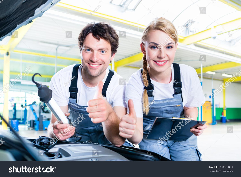 机械团队在汽车工厂工作