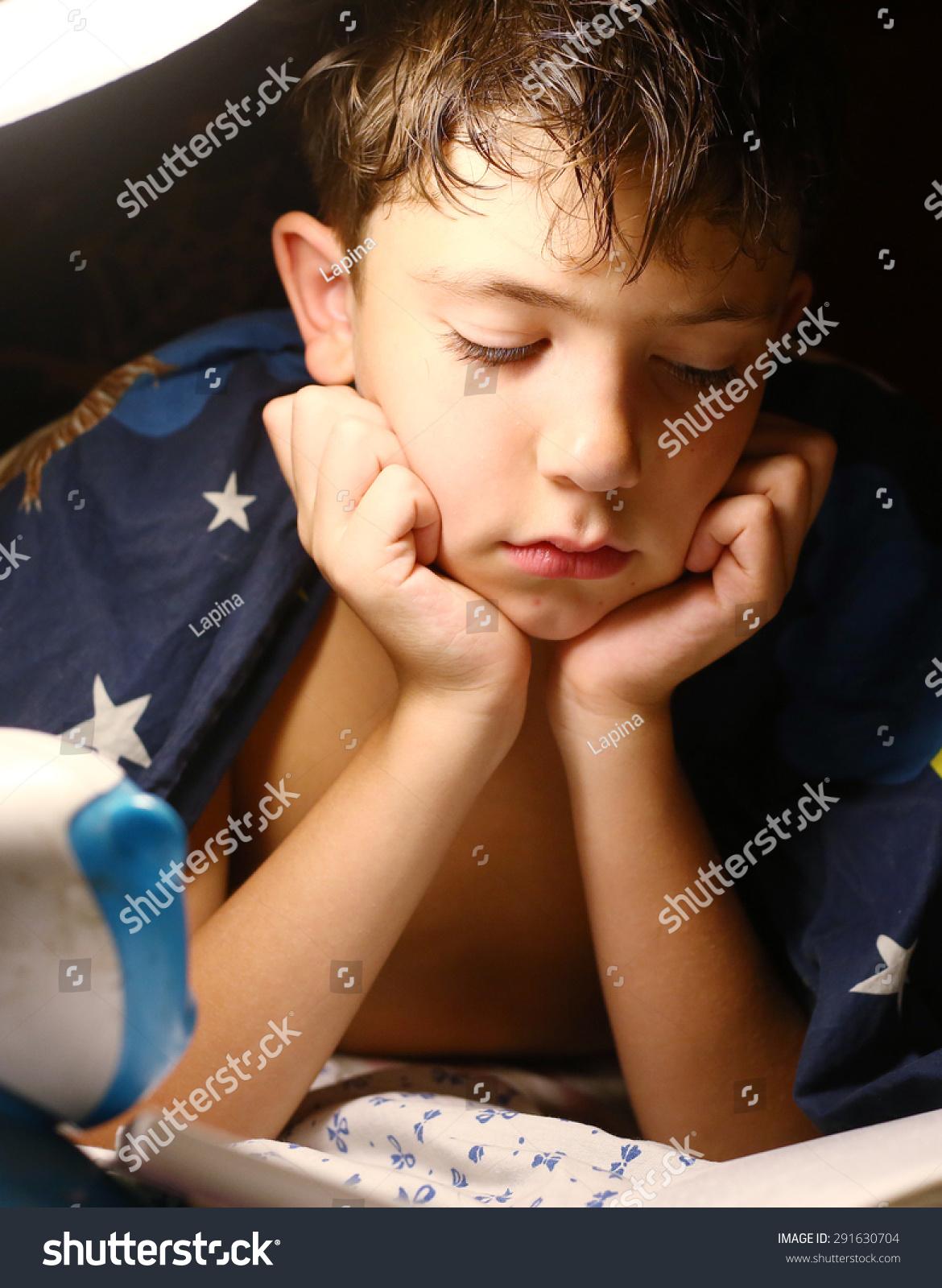 青春期前的帅哥与灯睡觉前读书-教育,人物-海洛创意()