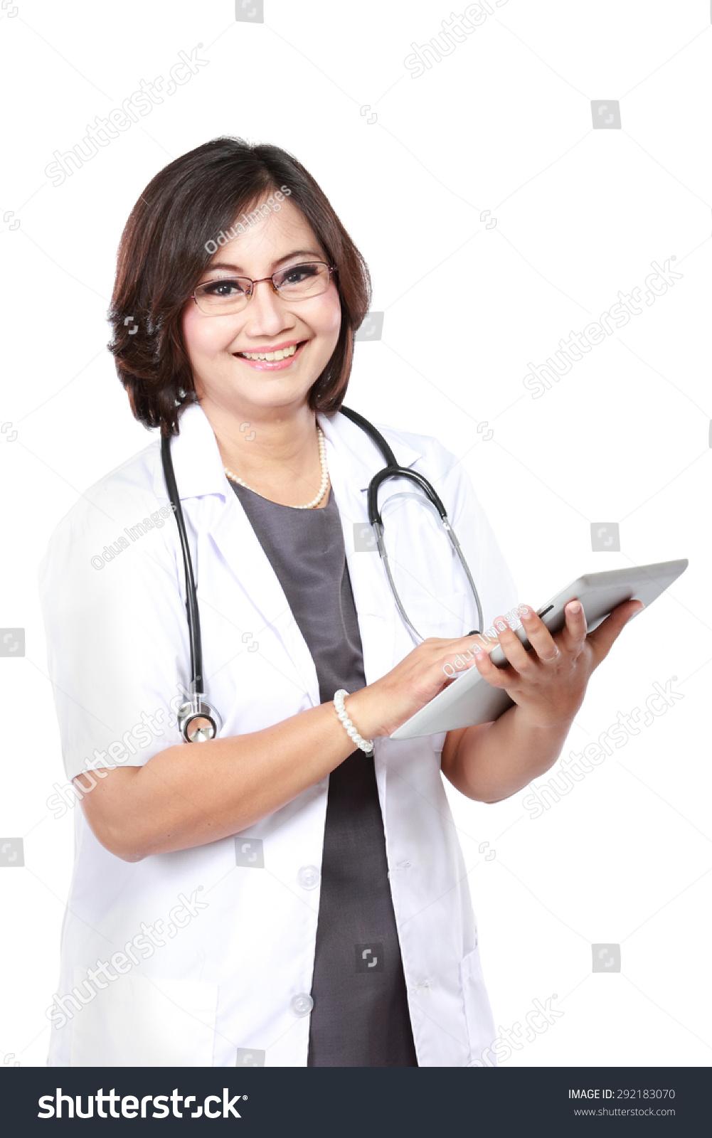 中年女医生使用平板电脑孤立在白色背景-医疗保健
