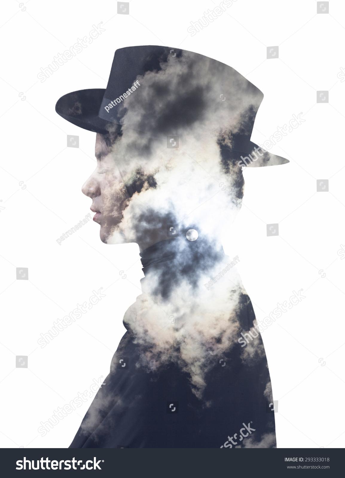 双重曝光的女孩戴着帽子和满月的天空