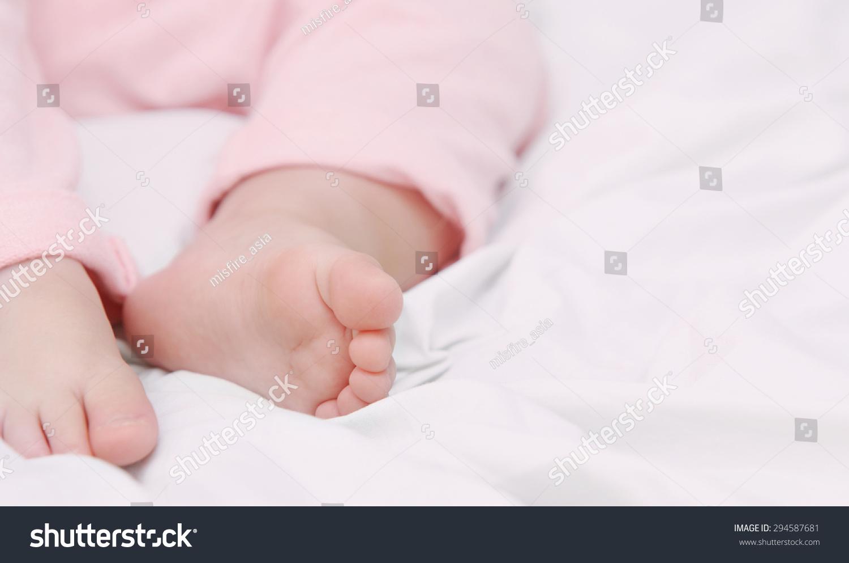 睡觉的可爱的宝宝,孕妇的概念