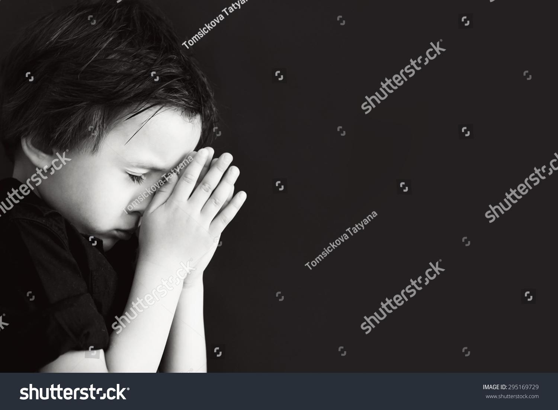 小男孩祈祷,祈祷孩子,孤立的黑色背景-人物