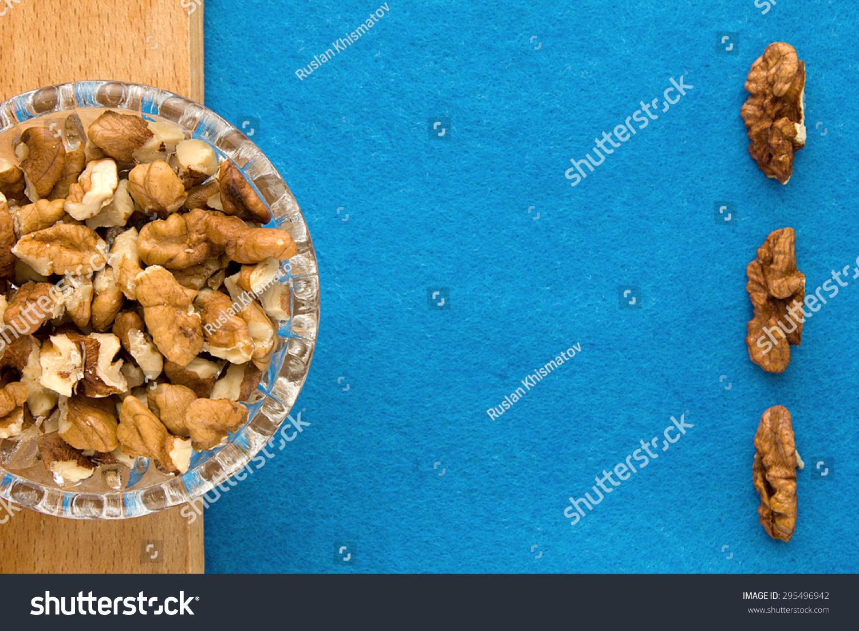 核桃.顶视图的木板和蓝色背景.厨房和菜单